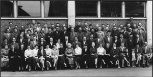 Personalet på Østergaards Frøavl linet op til fotografering, 1959.
