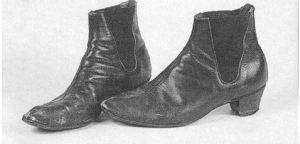 Et par udtjente Beatles-støvler. Hvem ejeren har været, ved jeg ikke, men det var i hvert fald ikke mine, for i min familie bruger vi skosværte, børster og skomagere.