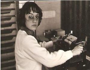 Lillesøster Majbritt ved den gamle skrivemaskine, hvor alle indrykningsordrer til aviserne blev skrevet.