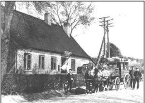 Telefoncentralen set fra syd ca. 1898. Det er postvognen Horsens-Odder, der holder foran huset.