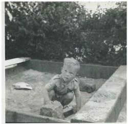 Det er 'min' sandkasse nede i haven, og det er min brosten, som jeg altid baksede rundt med. Som det kan ses, er det ligefrem legetøj, der dominerer billedet. Men fantasien fejlede ikke noget.