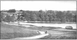 Vær præstegård og Vær sø, 1914. Sognets brandsprøjte havde til huse i det lille hus på marken. Huset, et skættehus havde tidligere været benyttet til tørring af hør, idet Stensballe i slutningen af 1700- og begyndelsen af 1800-tallet var førende med dyrkning af denne afgrøde, herunder også vævning af duge, lagner og betræk.