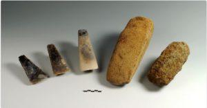Figur 3. Nord for søen fremkom disse smukke stenøkser, nedlagt som offergaver i bondestenalderen for ca. 4.500 år siden.