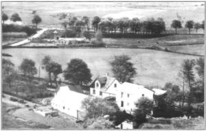 Luftfoto af Hansted mølle ca. 1950. l baggrunden daværende hovedvej A 10 nuværende Egebjergvej og keramikfabrikken Aalyst.