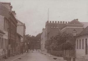 Rædersgade – oversigt set fra øst. Heimdal, Rædersgade 3, ses til højre som hus nr. 3. Hus nr. 2 til højre er Frøken Mommes Pigeinstitut (1884-1900), Rædersgade 5. B3702