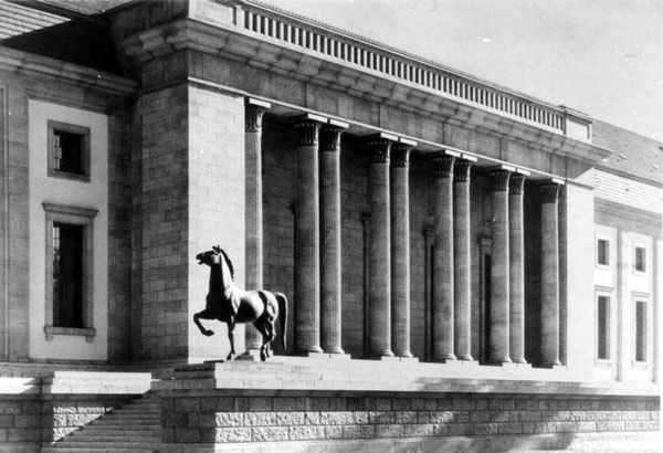 One of Josef Thorak's horses stands outside what was known as the garden portal of the Third Reich's Chancellery in Berlin. Photo: Bundesarchiv, Bild 146-1985-064-24A / CC-BY-SA via Wikipedia
