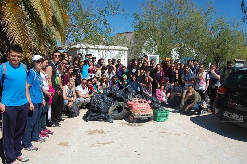 Més d'un centenar de joves voluntaris es concentren per a netejar l'Albufera (1/4)