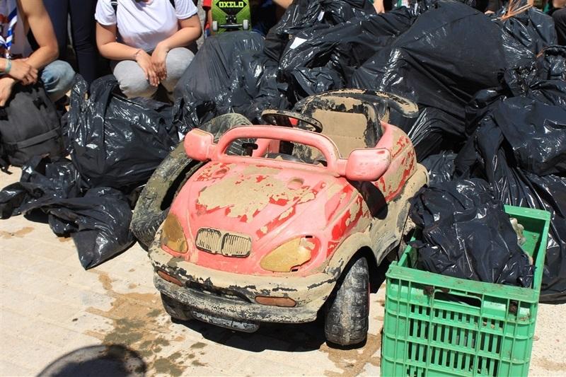 Més d'un centenar de joves voluntaris es concentren per a netejar l'Albufera (3/4)