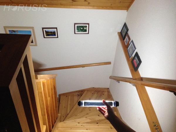 CL-Mで階段を照らす写真。HORUSIS CHARGE LAMP(ホルシス チャージランプ)