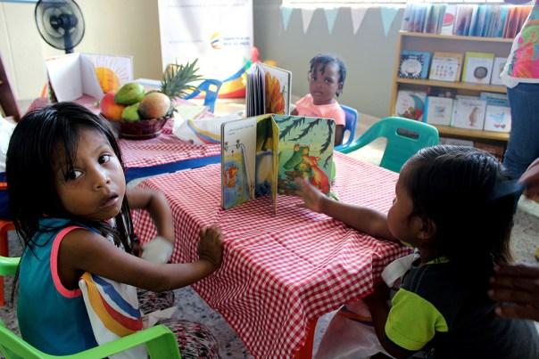 """Niños disfrutando los libros obsequiados por """"Tutina"""" –como la Primera Dama prefiere ser llamada–"""
