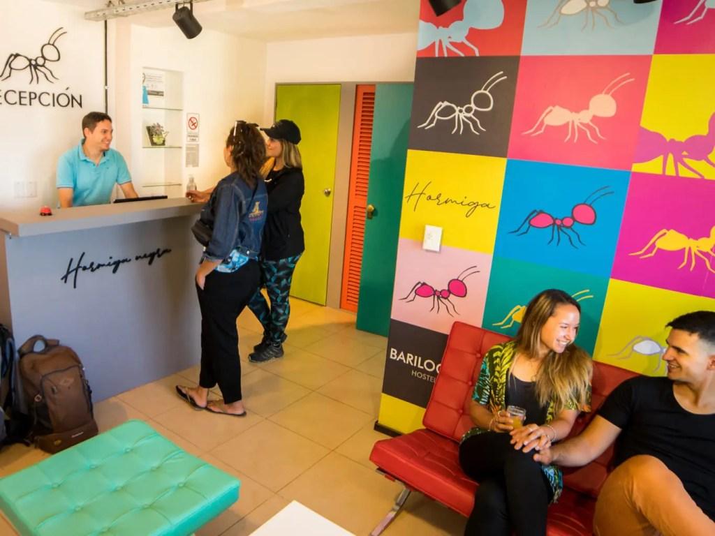 Recepción y sala de estar - Hostel Hormiga Negra - Bariloche