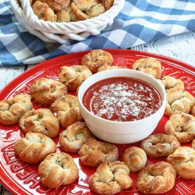 This Easy Pizza Knots Recipe make the perfect finger-food appetizer for your next party or movie night with the family. It is so quick to put together and makes enough to share. | HostessAtHeart.com