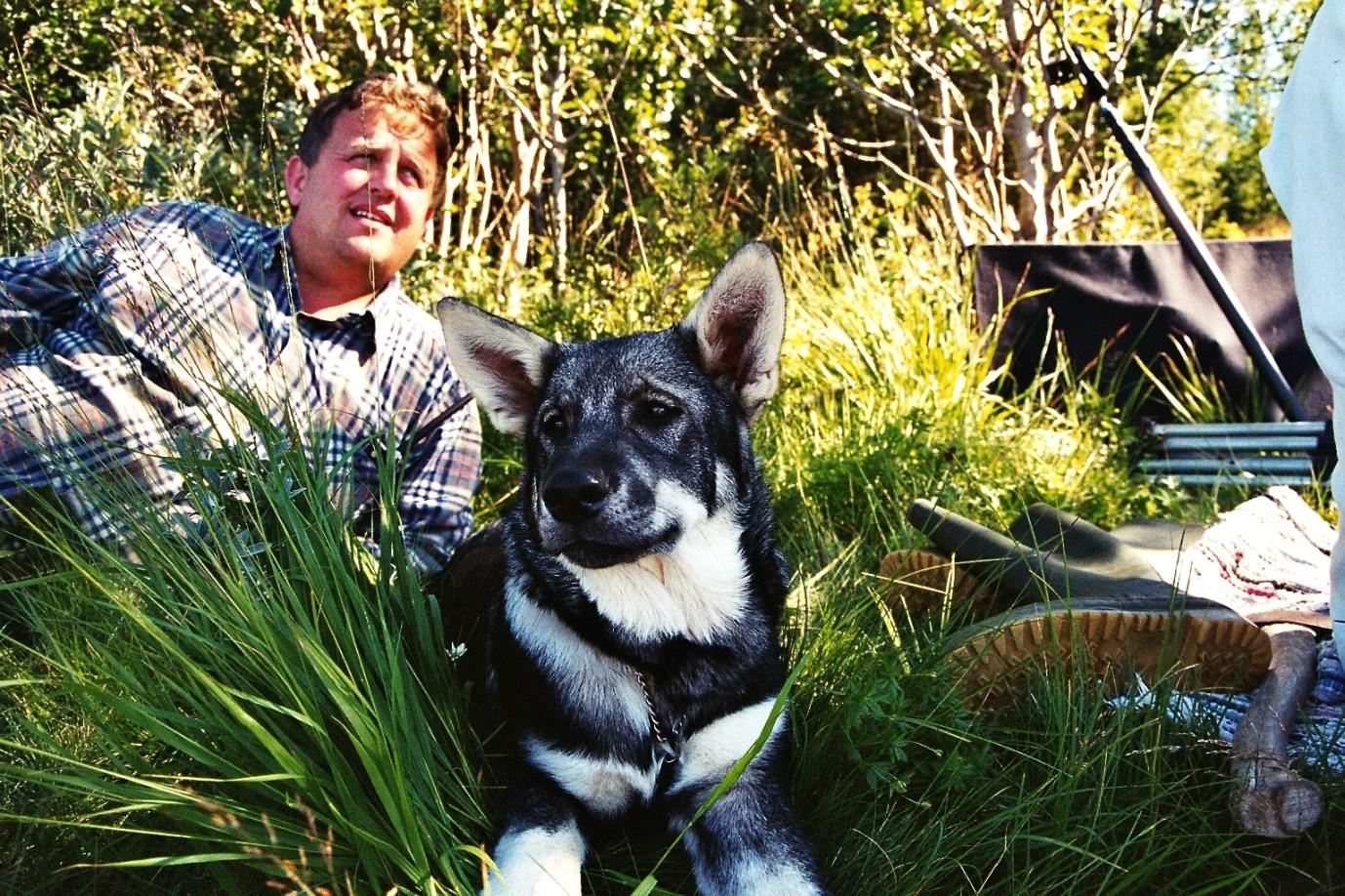 Jaktpaus med älghunden. Foto Hotagenkortet