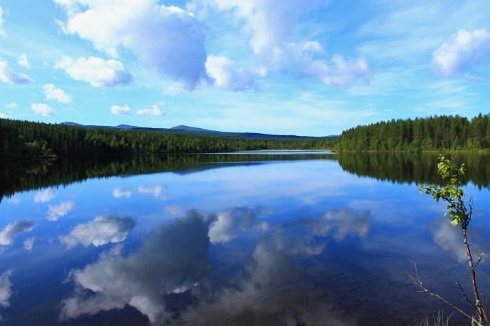 En stilla dag på en sjö i Hotagsbygden. Foto Mikael Nyberg