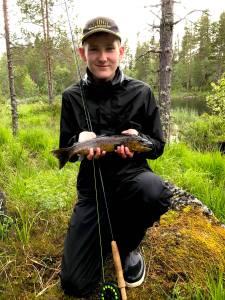 Ung och skicklig flugfiskare. Foto Örjan Rahm