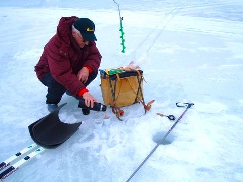 Alltsom behövs en härlig vinterdag på isen är termosen och spöet.