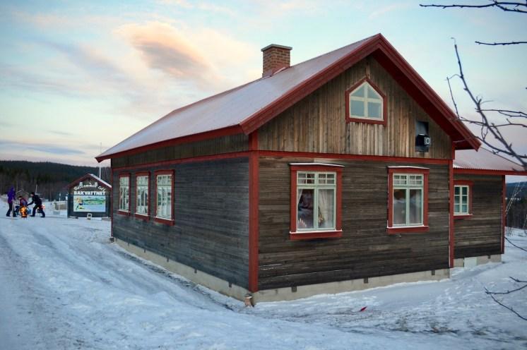 Skolan i Bakvattnet. Foto LakeHouse Media