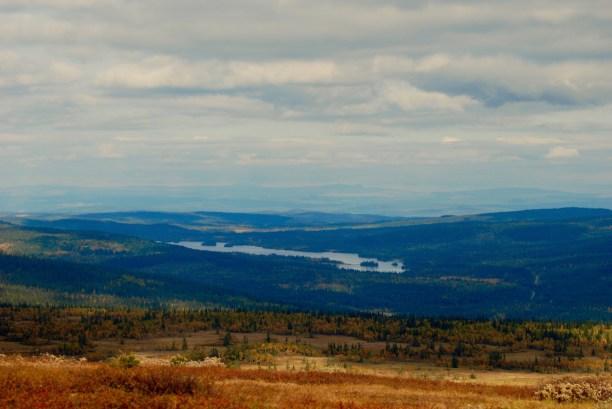 Höst över sjön och byn Bakvattnet. Foto LakeHouse Media
