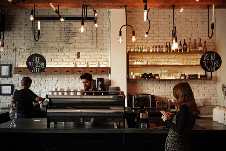 Los 6 cafés de la CDMX que tienes que probar - sprudge-laromamexicocityguide-ximenarubio-dosis_strada_barista_cristian-740x494
