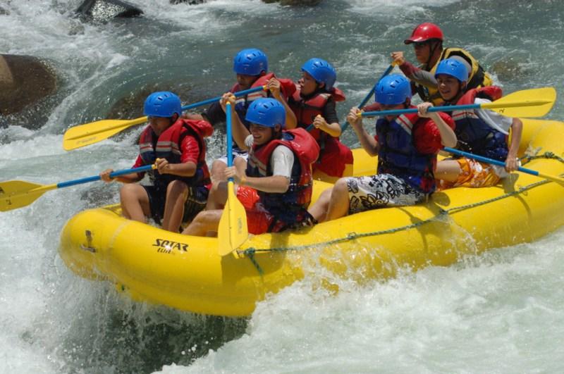 Cómo mantenerte fit aún estando de vacaciones - foto-rafting-1-1024x680