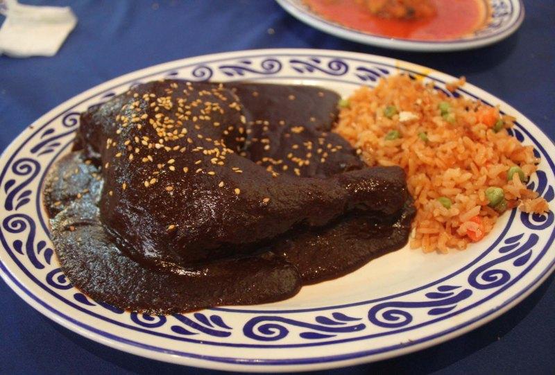 De chile, mole y pozole: los mejores restaurantes de la CDMX para las fiestas patrias - mole-poblano
