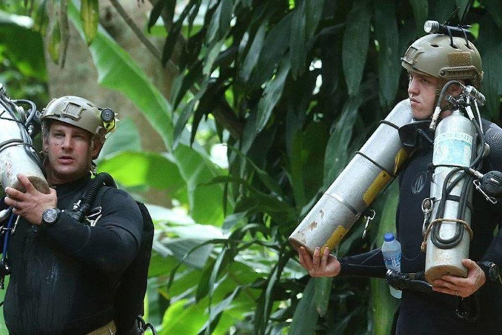 Elon Musk y su invento para salvar a los niños de Tailandia - Buzos que ayudan a rescatar a los niños atrapados en Tailandia. Elon Musk y su invento para salvar a los niños de Tailandia