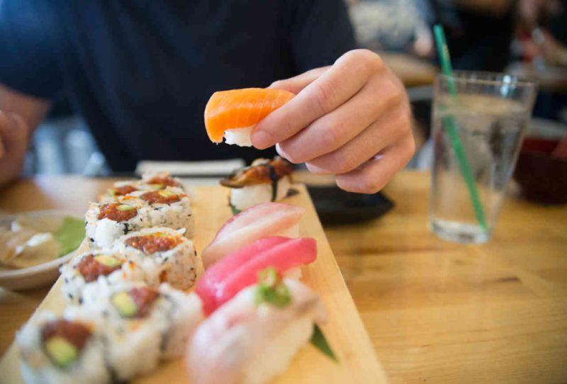 La manera correcta de comer sushi - 2-sushi-con-las-manos
