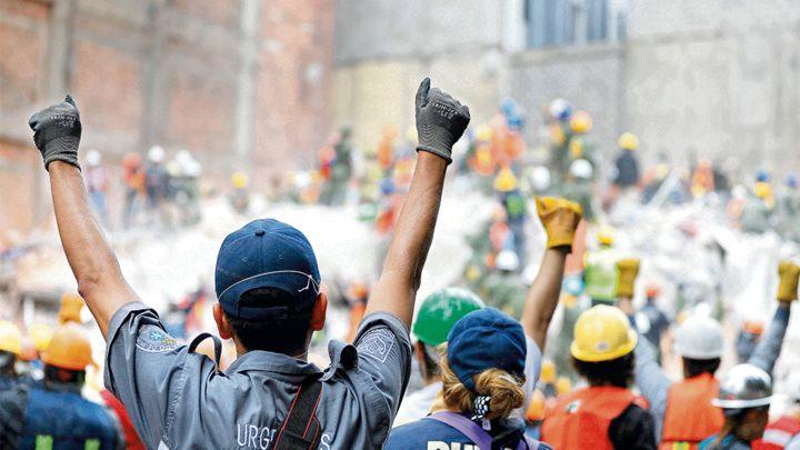 19 de septiembre, una muestra de la solidaridad mexicana - PORTADA Homenaje 19 de septiembre, puños en alto
