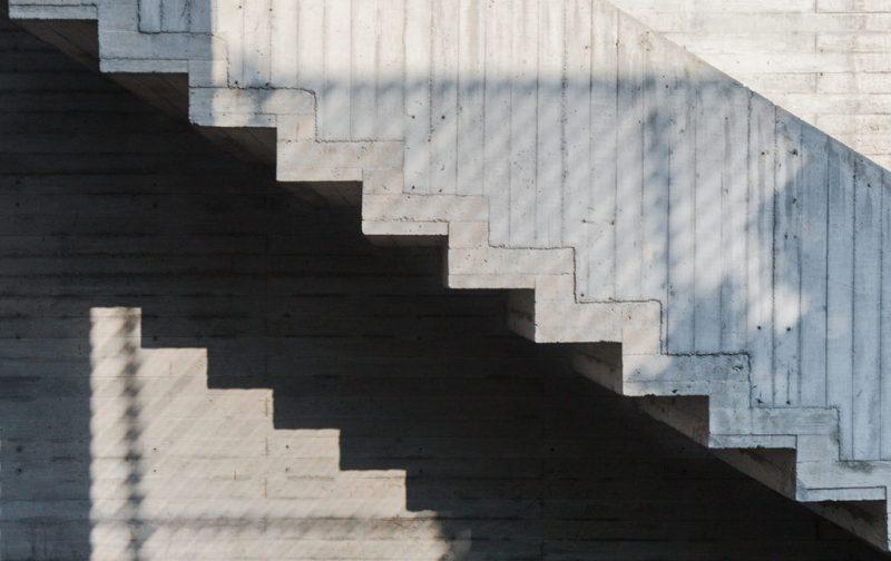 Instituto Alumnos, un espacio dedicado a la educación artística - arquitectura-escaleras-sombra