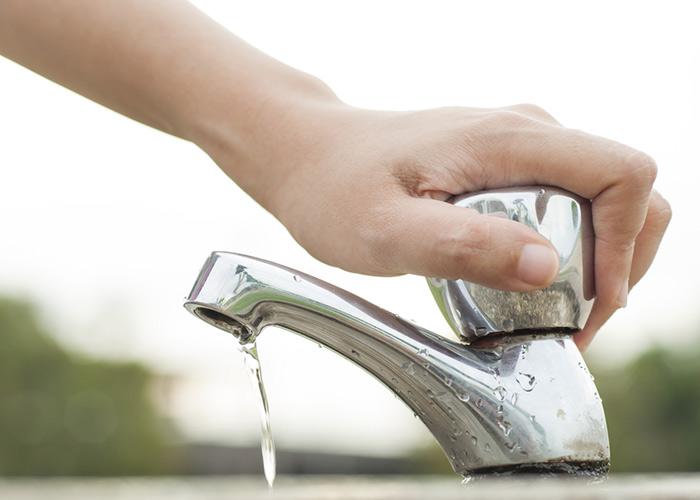 Tips para reducir el consumo de agua en casa - llave-del-lavabo