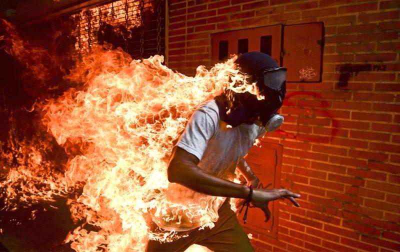 Ronaldo Schemidt, ganador del primer premio al paisaje infernal - portada-foto-world-press-incendio-fuego-quemado-hombre