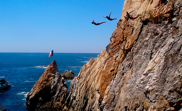 Actividades diferentes que puedes hacer en Acapulco - clavadistas-en-la-quebrada-acapulco