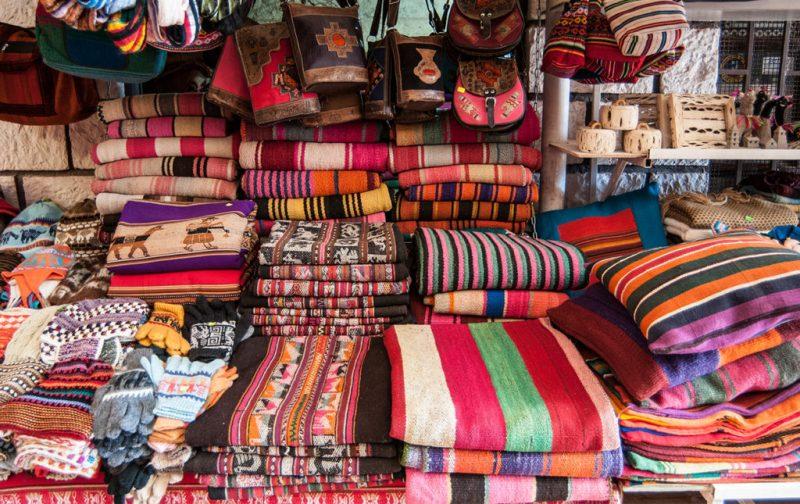 Atacama: postales del desierto más seco del mundo - mercado-puesto-ropa-artesania-tejido-chile