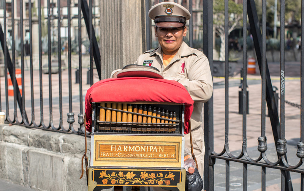 Oficios mexicanos: tradiciones y apariencias - portada cilindrero oficios