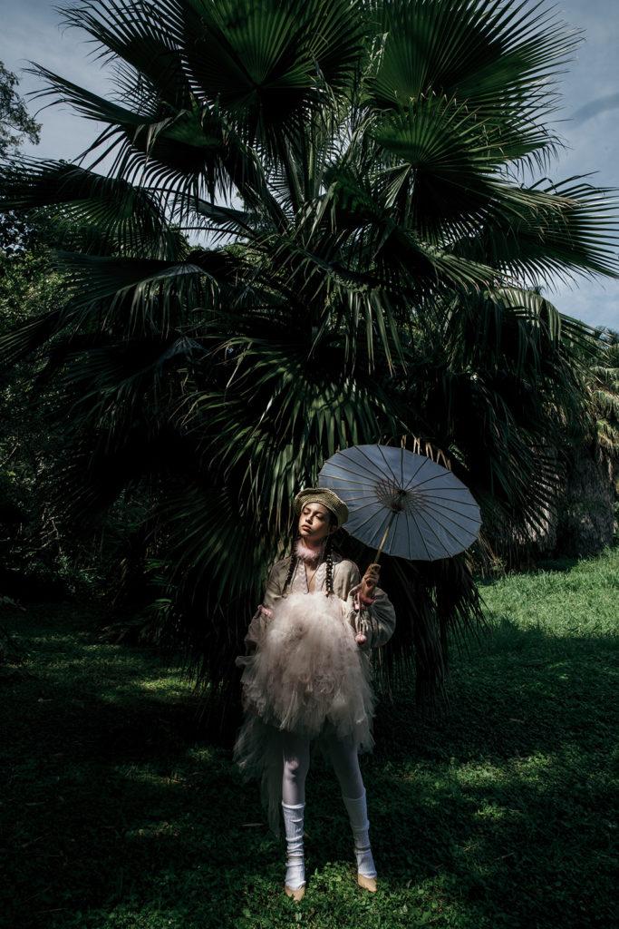 Nature love affair: una exploración de la feminidad y la naturaleza - sombrilla-outfit-modelo-moda-naturaleza