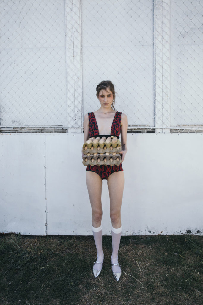 HOTfashion: Granja Extravaganza - fashion-shoot-model-eggs-outfit