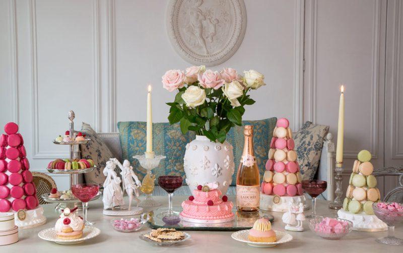 Ladurée: la deliciosa historia detrás del imperio del macarrón - mesa-laduree-macarons-champancc83a-flores