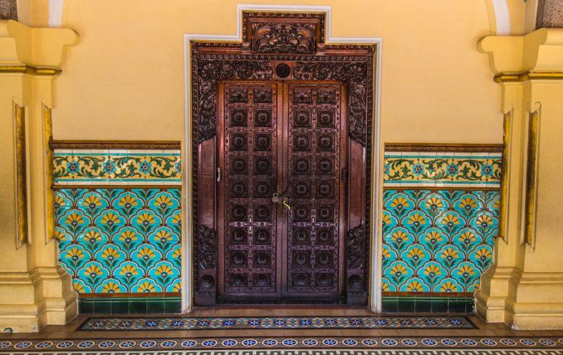 Karnataka: santuarios naturales, delirios de grandeza y contrastes urbanos - puerta-karnataka-colores