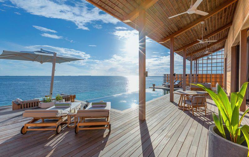 Kudadoo Maldives Private Island, un paraíso en medio del océano - 2-bedroo-villa-deck-alberca-camastros-terraza