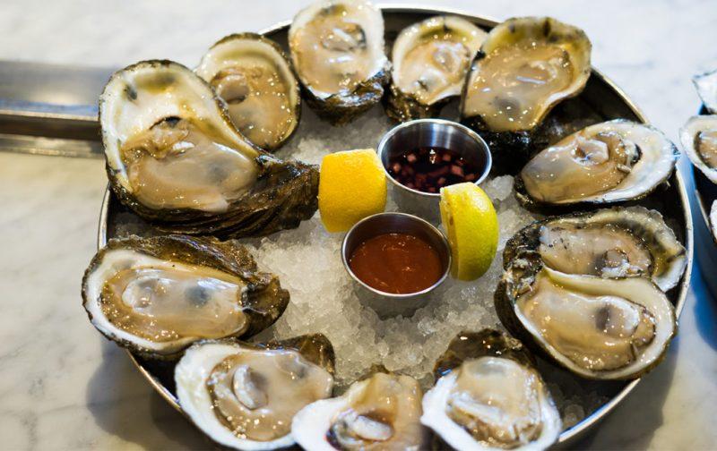 La gastronomía única de Nueva Orleans - ostiones-en-peche-limon-restaurante
