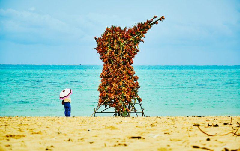 La elegancia exótica de Azuma Makoto - hotbook_azumamakoto_arte_instalacion_escultura_plantas_flores_naranjas_playa_oceano_mar_calido_sombrilla