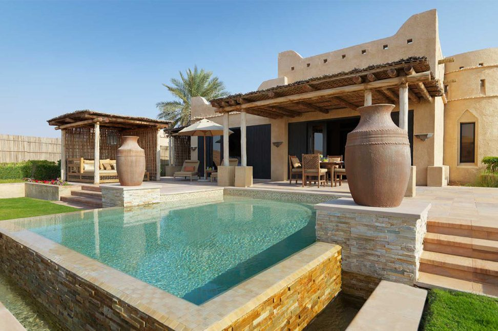 Anantara, un resort de lujo en Abu Dabi - PORTADA_hotbook_anantara_desierto_abudhabi_casa_arabe_alberca_palmeras_jarrones