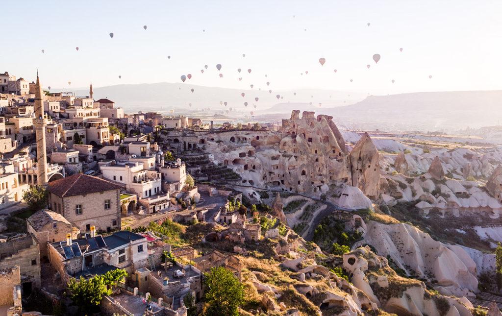 Cuatro destinos para disfrutar de la naturaleza - portada_hotbook_hotexperience_capadocia_paisaje_rocoso_globos_aerostaticos_ciudad