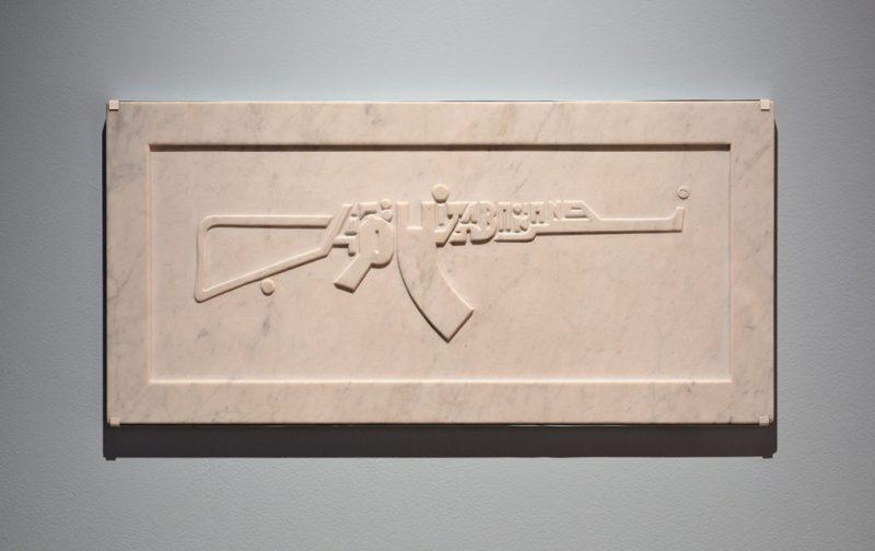 Yoshua Okón vs la metástasis neoliberal - hotbook_yoshuaokon_obra_placa_marmol_rifle_tipografia_arte