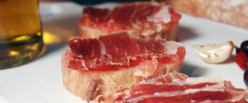 5 recetas para hacer toasts imperdibles - jamon-serrano-mermelada-spread