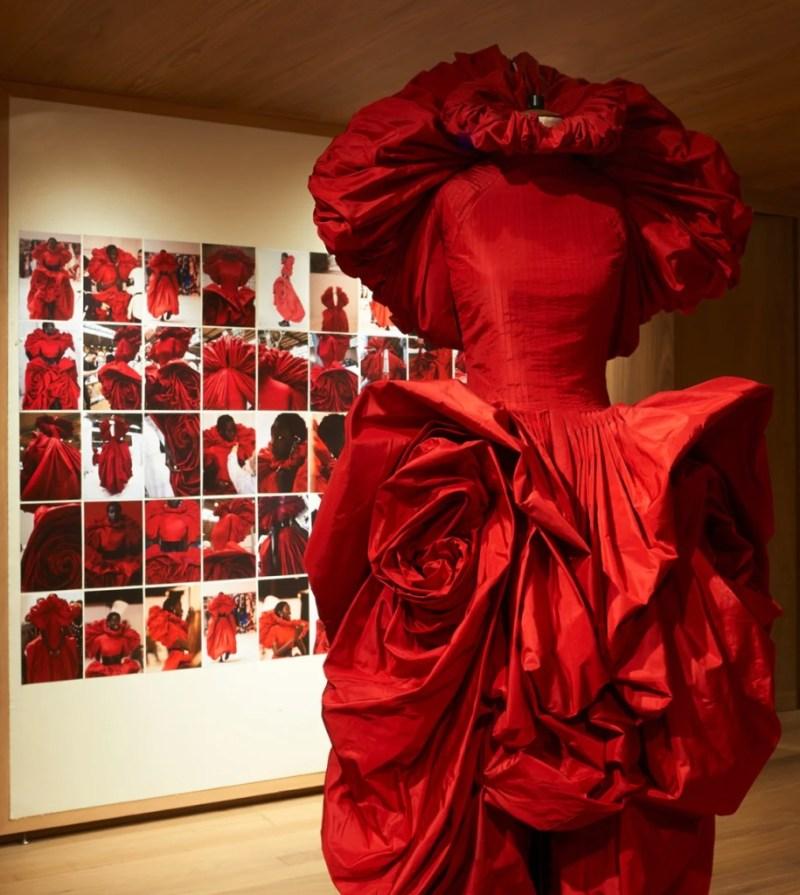 Fashion expos que puedes visitar de forma virtual - fashion-expos-que-podras-visitar-desde-casa-digital-zoom-moda-alexander-mcqueen-1