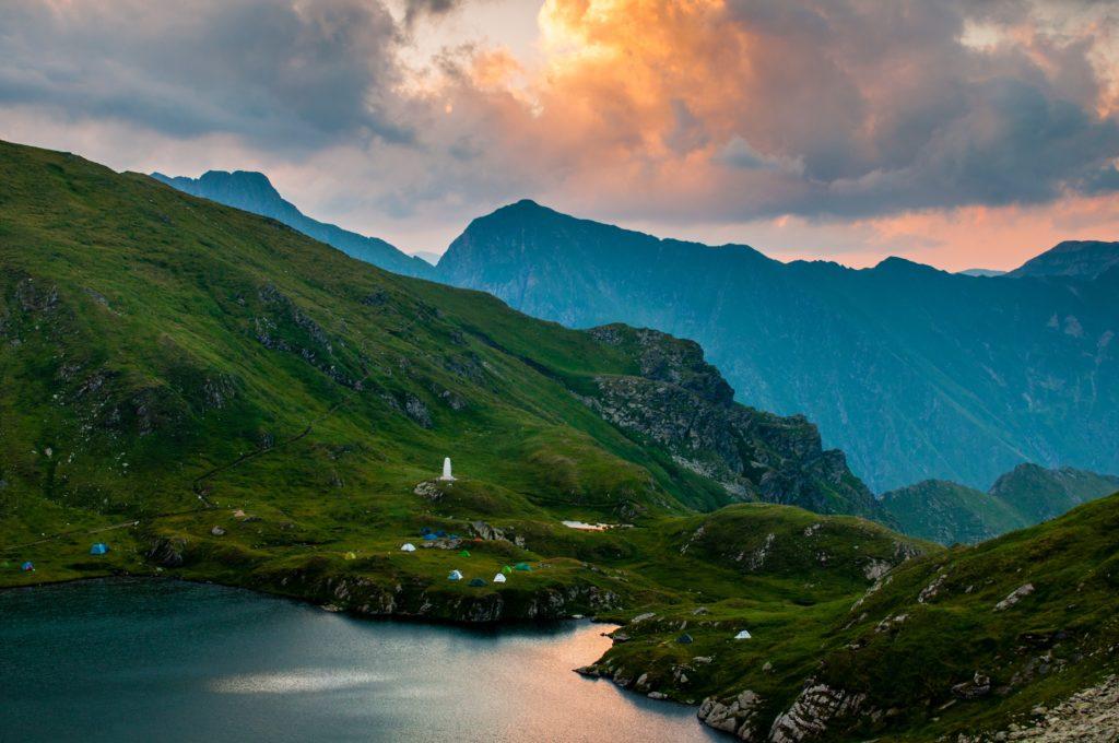 30 impactantes fotografías que te transportarán a lugares increíbles - transylvanian-alpes-romania-foto-impactantes-lugares-alrededor-del-mundo-que-jamas-deberas-borrar-del-mapa-fotos-foodies-instagram-tiktok-online-coronavirus-covid-19