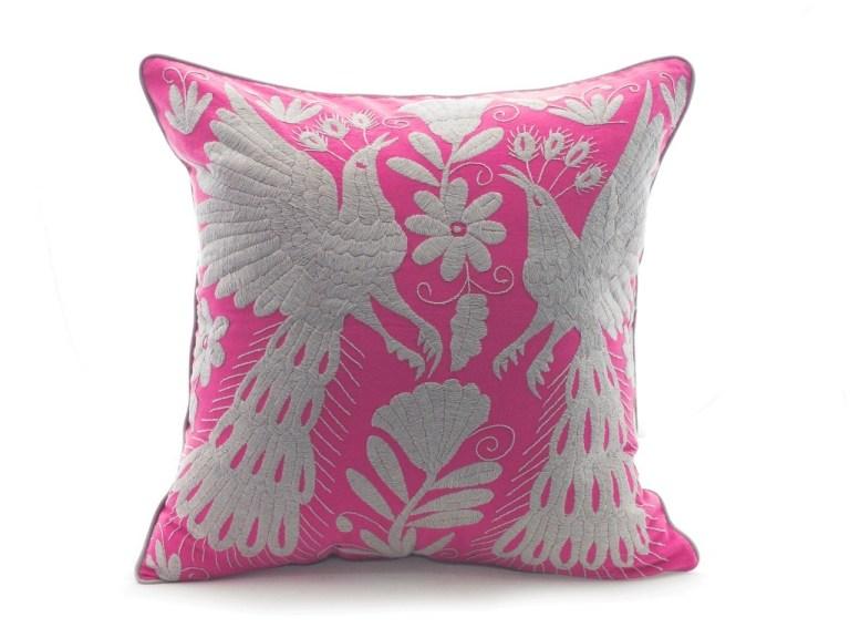 ¡Viva México! Productos que le darán un toque mexicano a tu casa - cojin-tenango-rosa-mexicano-con-bordado-gris-y-bies