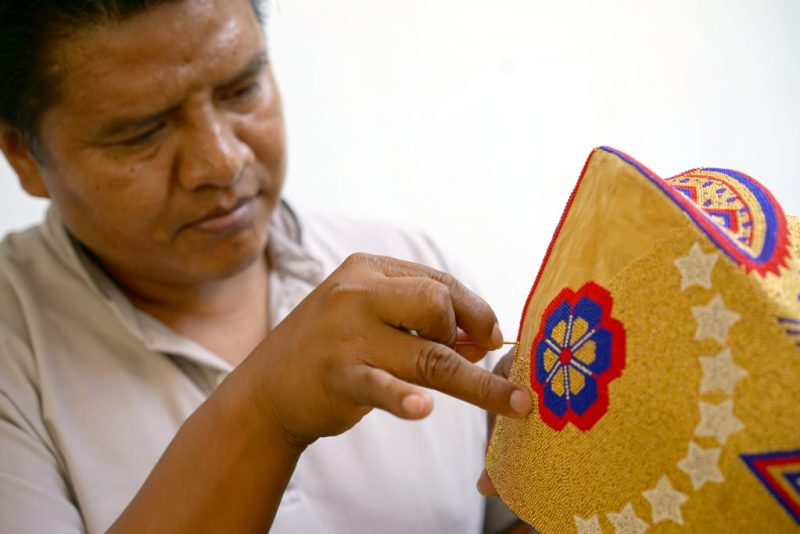 Conoce Ensamble Artesano, el proyecto que busca impulsar la artesanía mexicana - ea-apoloniojimenezcarrillo-tejidodechaquira-zapopanjalisco-artekuu