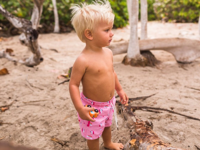 Let's go to the beach! Protege tu piel del sol con Aramare Swimwear, un producto con causa - traje-de-bancc83o-para-nincc83os-y-bebes-short-de-unicornios-lets-go-to-the-beach-aramare-swimwear-un-producto-con-causa